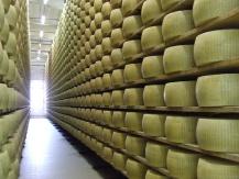 Parmigiano reggiano, magazzini di stagionatura.
